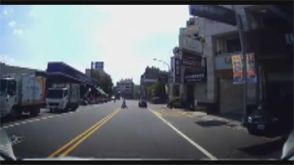 男童馬路中騎腳踏車 母竟陪同逆向亂竄