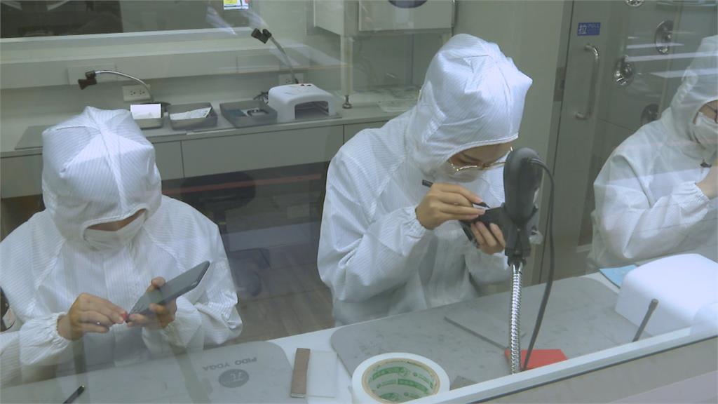 200萬打造手機包膜旗艦店 師傅需穿無塵衣進行包膜