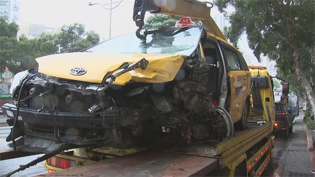 台師大校門口車禍 2車變形人員受困車內