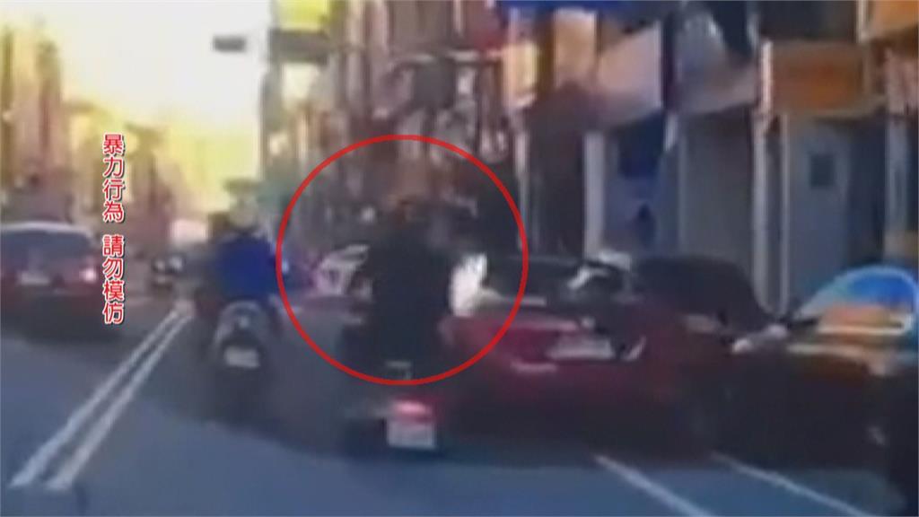 恐怖街頭隨機攻擊!男拿安全帽打1歲女童 竟是因為被母罵不爽