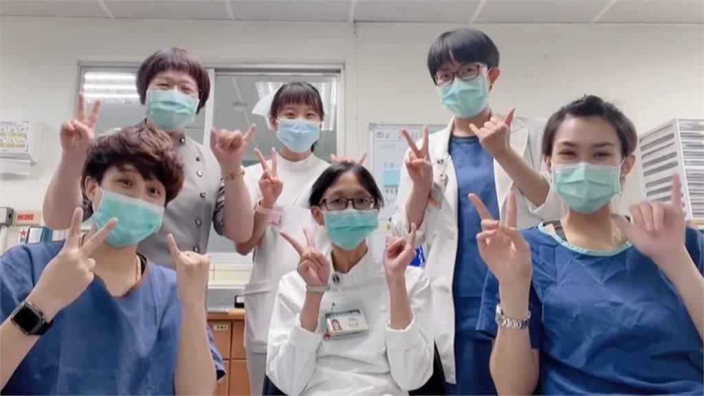 手寫卡片祝賀!暖心醫護錄影片為確診病患慶生