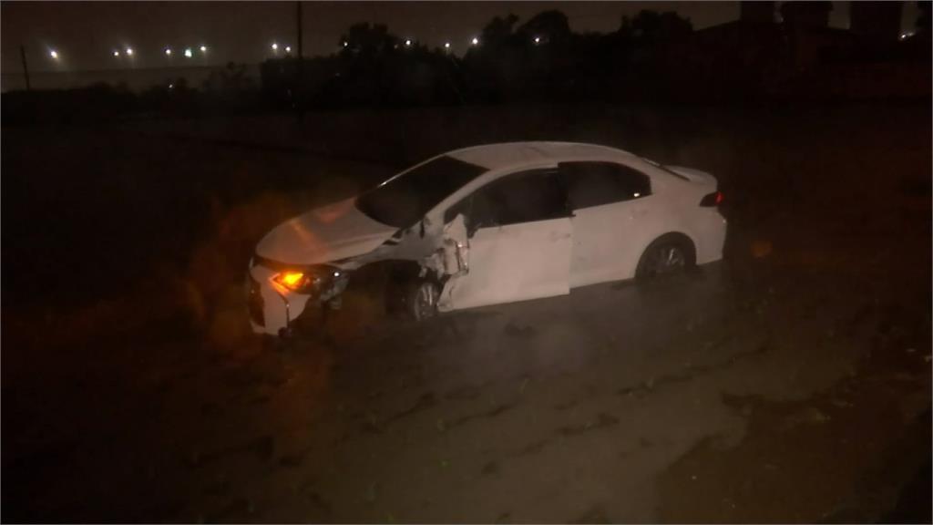 疑大雨視線不良 台中轎車暴衝撞民宅卡田裡