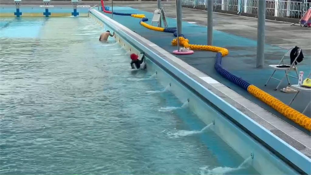 運動公園游泳池底長青苔?民眾投訴:髒得可以作畫