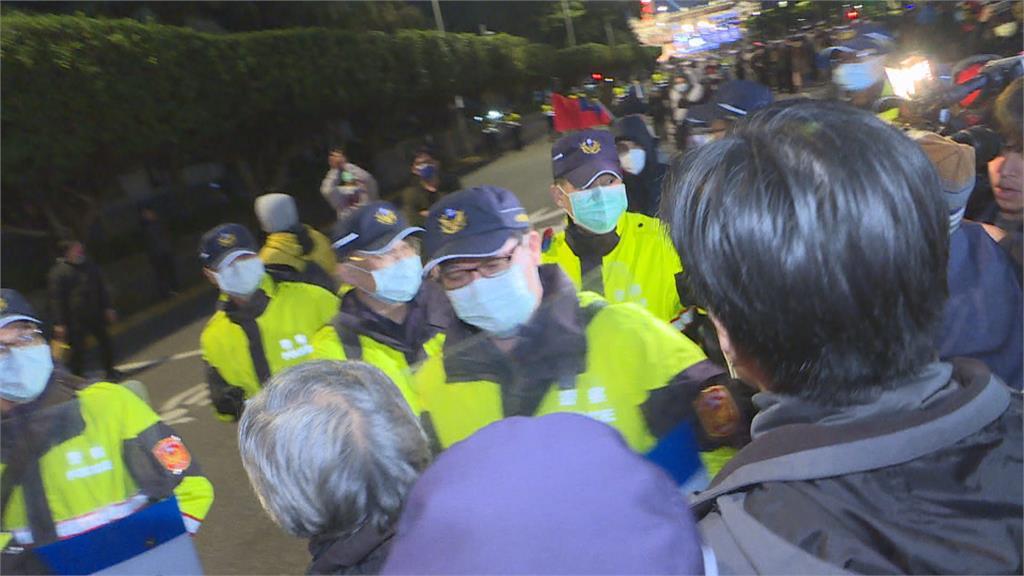 美豬今起正式開放 藍營偕民團抗議 升旗典禮闖管制區 與警方三次推擠