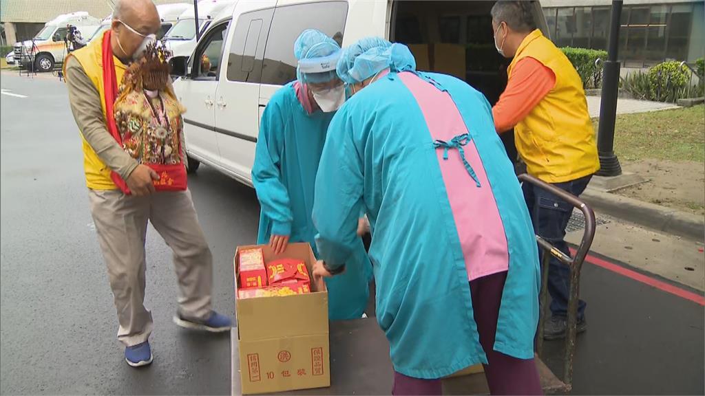 「我們會守住台灣」部桃專案啟動  民眾捧媽祖金身來為醫護祈福