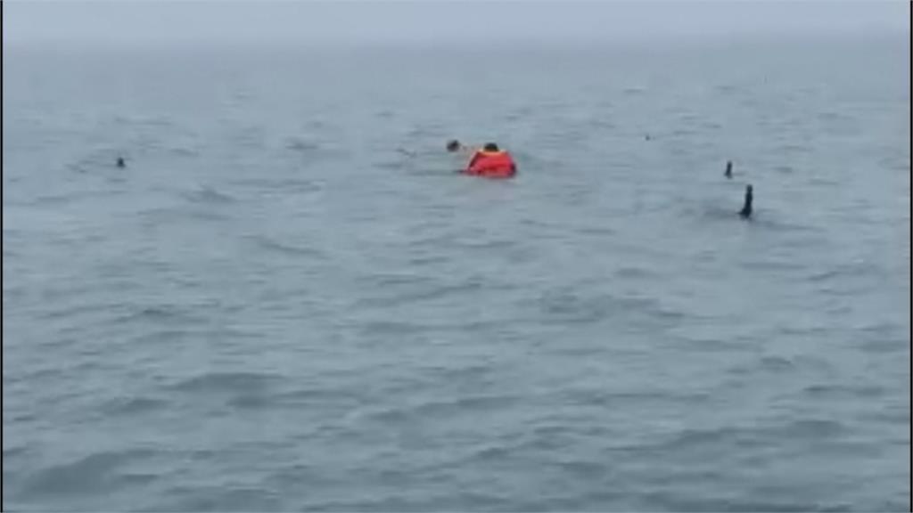 兩釣客遇漲潮受困海中 海巡人員及時救援