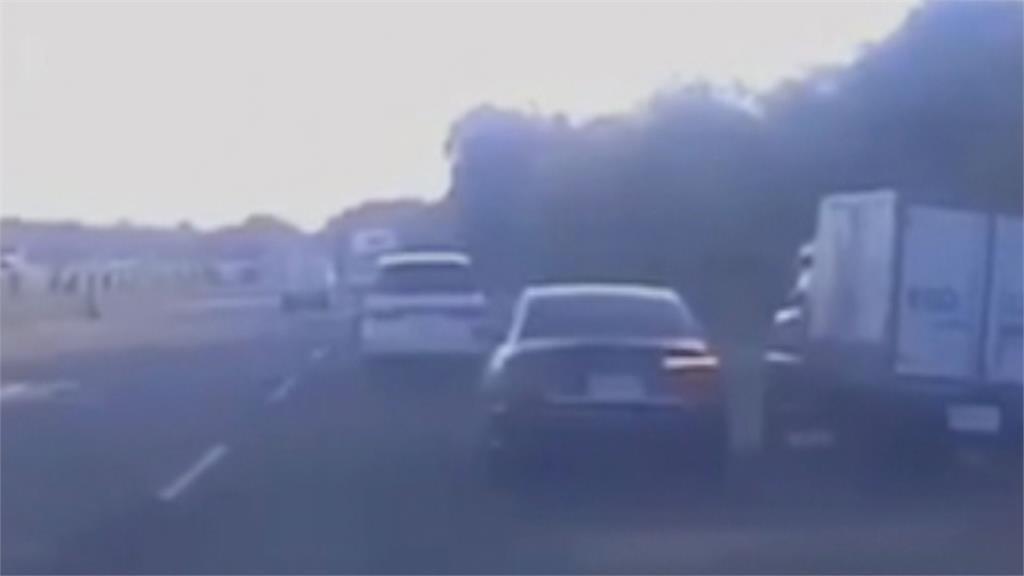 黑色轎車國道「鬼切」貨車被逼到路肩失控撞護欄