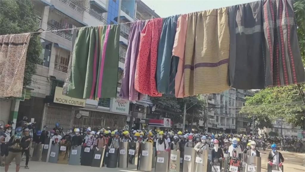 緬甸反軍政府抗議持續 灑啤酒、掛筒裙嗆軍警