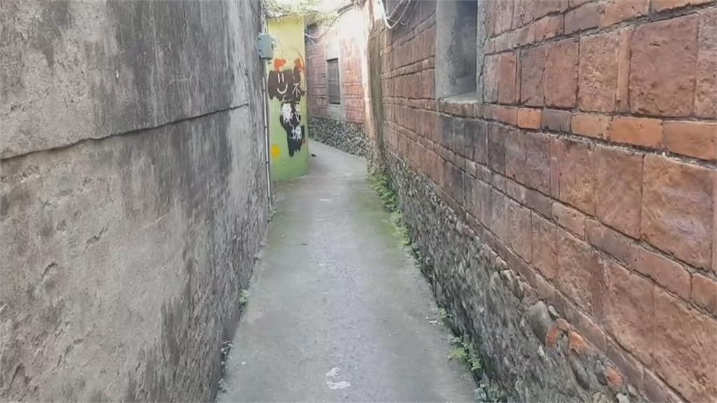 潮州建基老街「摸乳巷」遭塗鴉破壞「XXX到此一遊」紅磚牆成留言板!