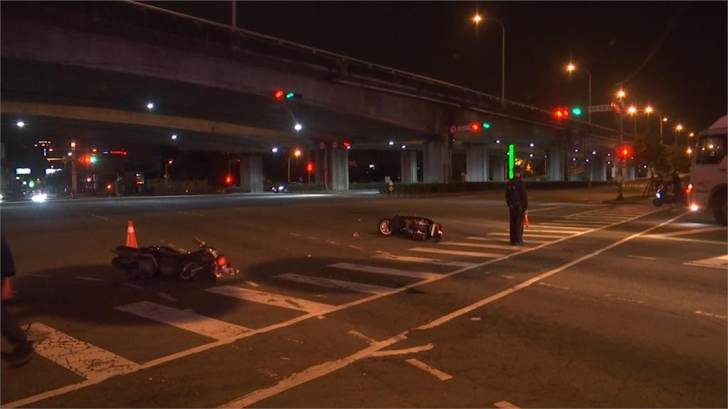 機車路口突右轉後方騎士反應不及撞上2傷