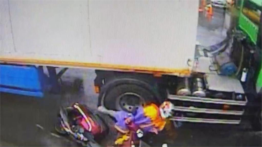 驚悚!雨衣飛起勾到貨車 女騎士捲入車底 上下身分離