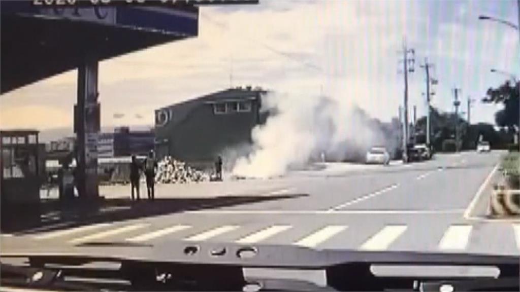 旁邊就是加油站!大貨車冒煙起火 司機路邊臨停卸貨滅火