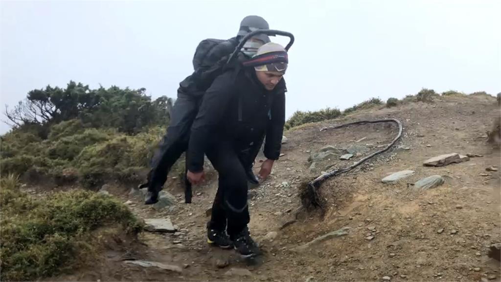 布農族勇士超強體能! 獨扛百公斤發電機衝上嘉明湖