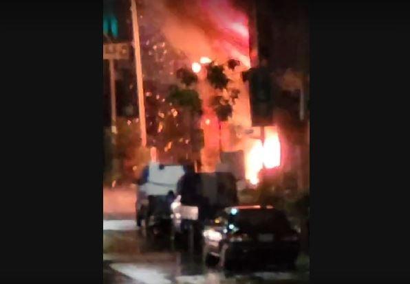 快新聞/高雄城中城惡火民眾驚逃 一樓起火點爆炸影片曝光「火花狂飛濺」