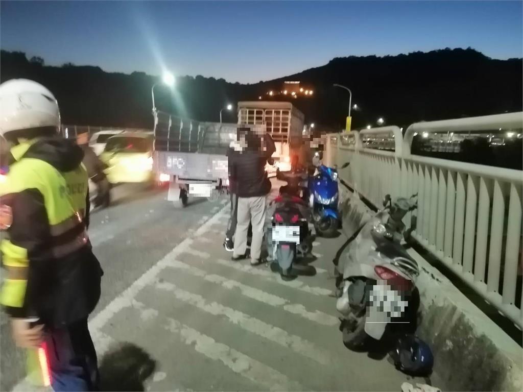 快新聞/新北關渡大橋5汽機車擦撞 49歲男騎士倒地受傷送醫