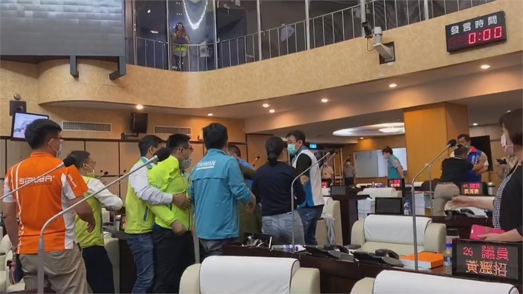 台南市議會爆衝突!清點人數突宣布散會爆扭打