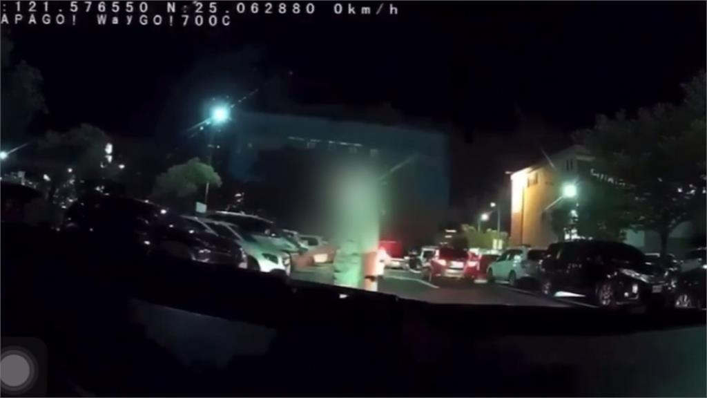 人肉擋車爆口角!駕駛不停了還遭嗆「要讓很好快點走」