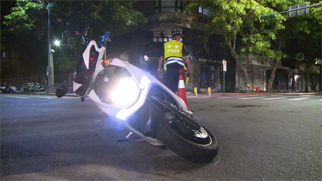 18歲騎士剛拿到駕照...路口與公車相撞傷重不治