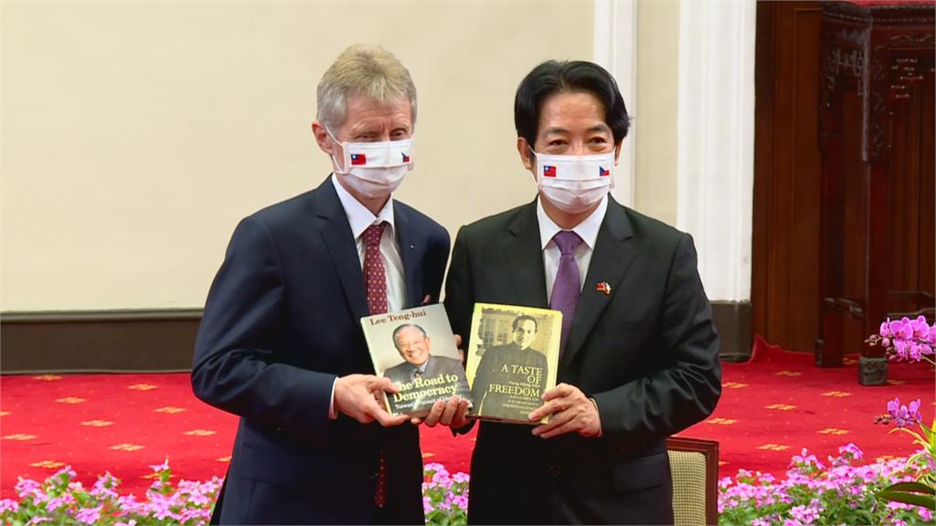 快新聞/贈捷克團李登輝與彭明敏著作 賴清德:他們是台灣走過威權時代的關鍵人物