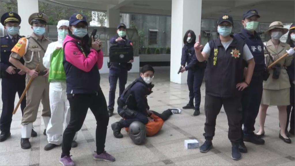 台灣三代警察制服全亮相 桃園警防搶演習超逼真!