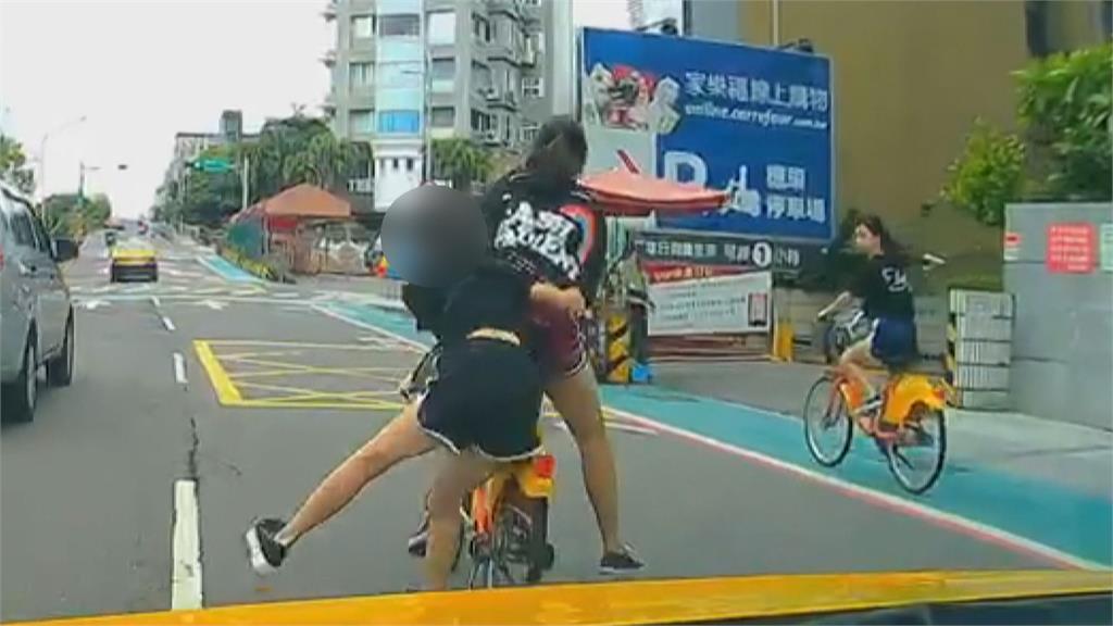 不要命! 3小女生借2台UBike「並排騎」 一人「站」單車後方險遭撞