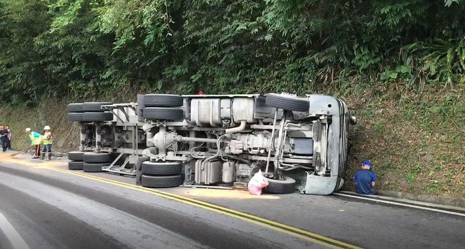 快新聞/蘇花公路曳引車90度翻覆 南下車道下午5點恢復通車