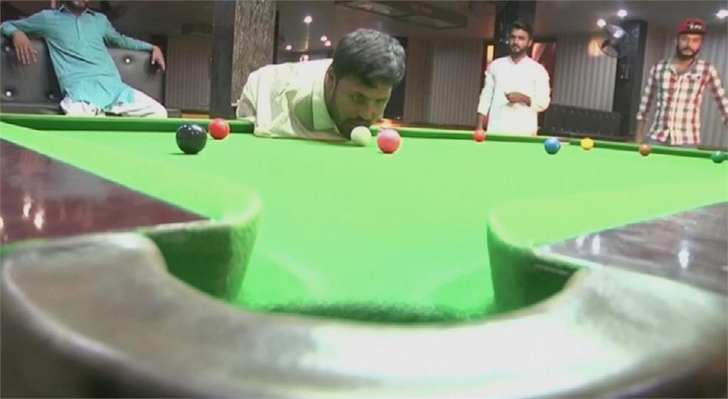 巴基斯坦男用嘴打撞球 表現不輸有手的玩家