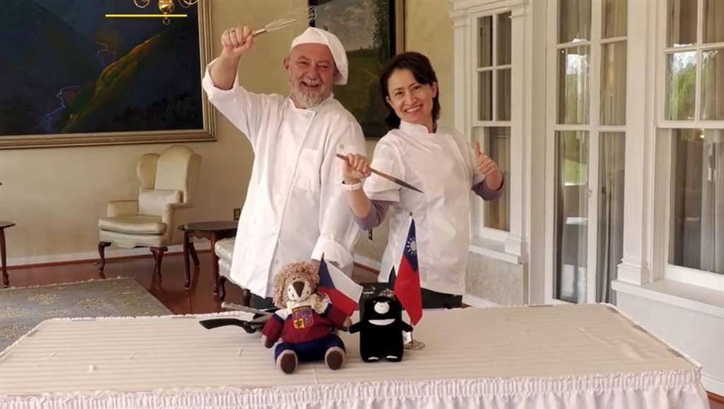 快新聞/展現台捷友好!蕭美琴邀捷克駐美大使互展廚藝 推動美食外交