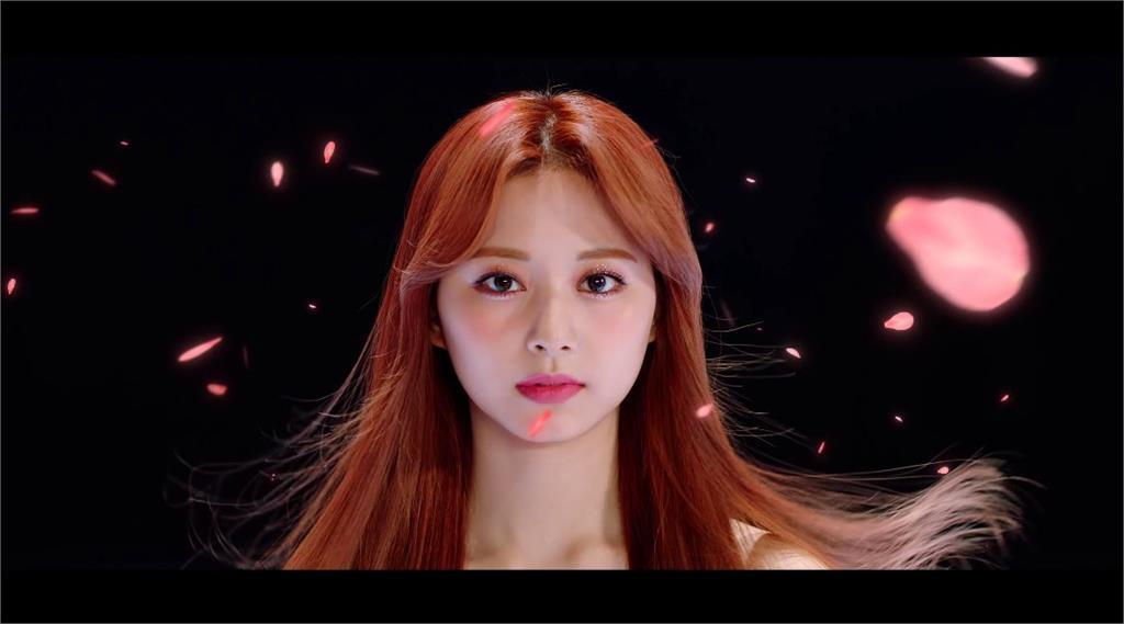 TWICE新歌MV公開!子瑜站「巨大蓮花燈」跳舞 網友嚇壞:以為是長輩圖