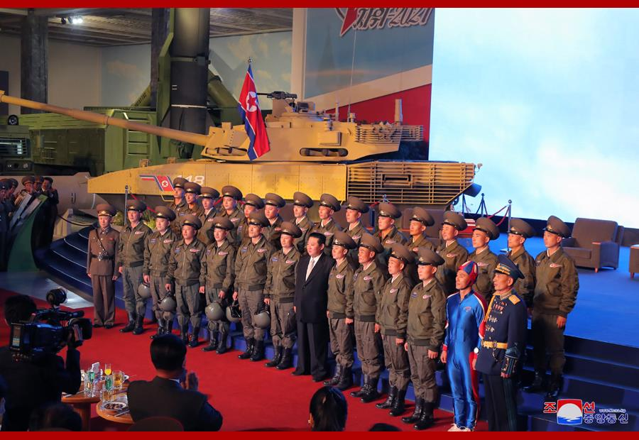 北朝鮮士兵合照曝光!金正恩身旁驚見「緊身藍衣男」 網笑:是北韓隊長?