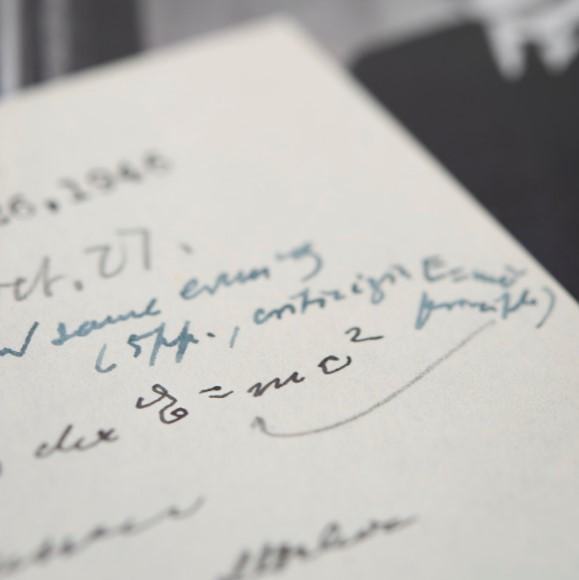 最值錢公式!愛因斯坦手寫「E = mc²」 逾3000萬台幣落槌