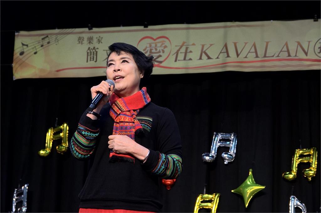 聲樂家簡文秀感念故鄉宜蘭 捐贈540本音樂有聲書 、1668支高效能手電筒