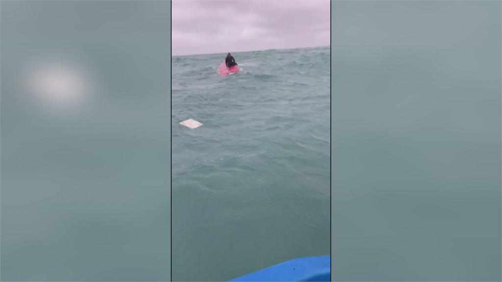 釣客駕小船被大浪打翻 海釣船發現及時救援