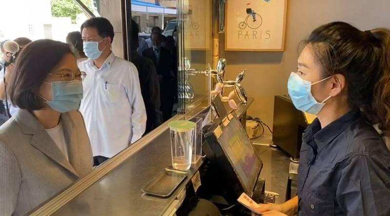 快新聞/海軍臨時出任務棄單後 蔡英文親赴同間手搖店「爆買150杯」