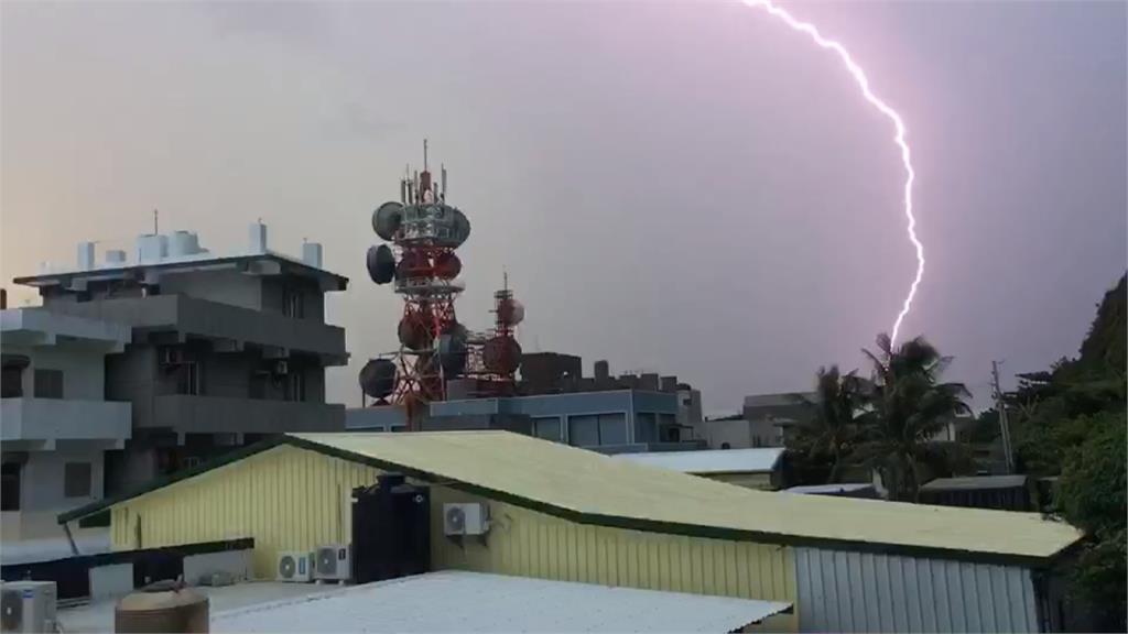 台東午後大雷雨雷擊民宅電表 水淹進縣府走廊