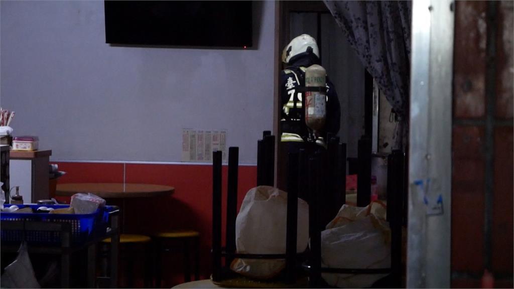台中早餐店暗夜火警 2女受困警消架梯搶救