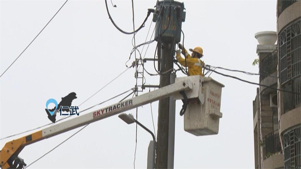 大雷雨強襲高雄市! 3車誤闖地下道受困 仁武地區6千多戶停電