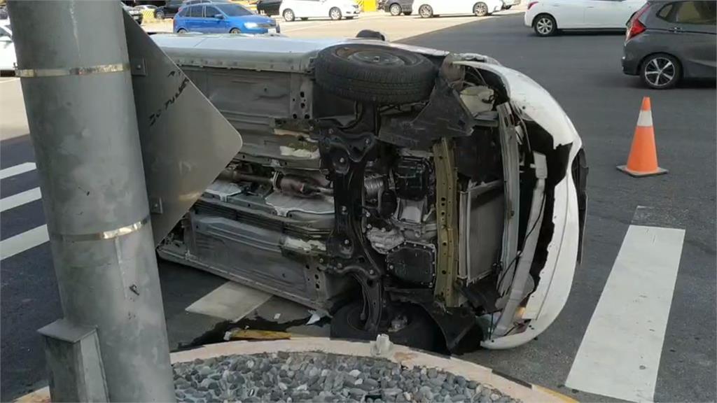 轎車撞機車 騎士卡車底.工人翻車救人