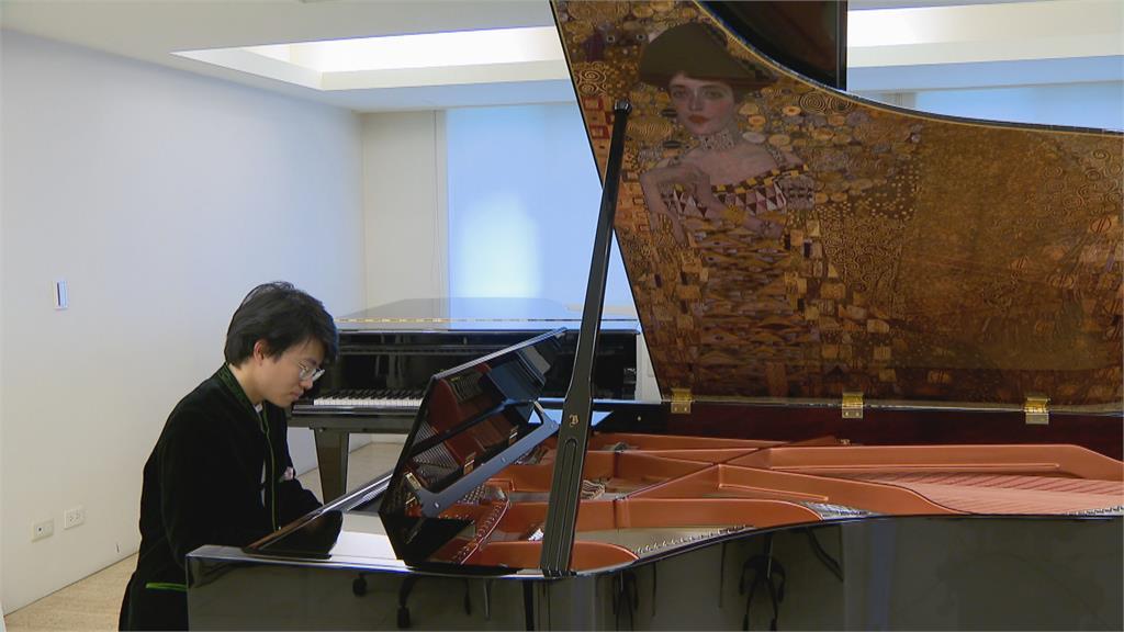 克林姆畫作發聲!  周善祥演奏限量鋼琴「艾蒂兒」