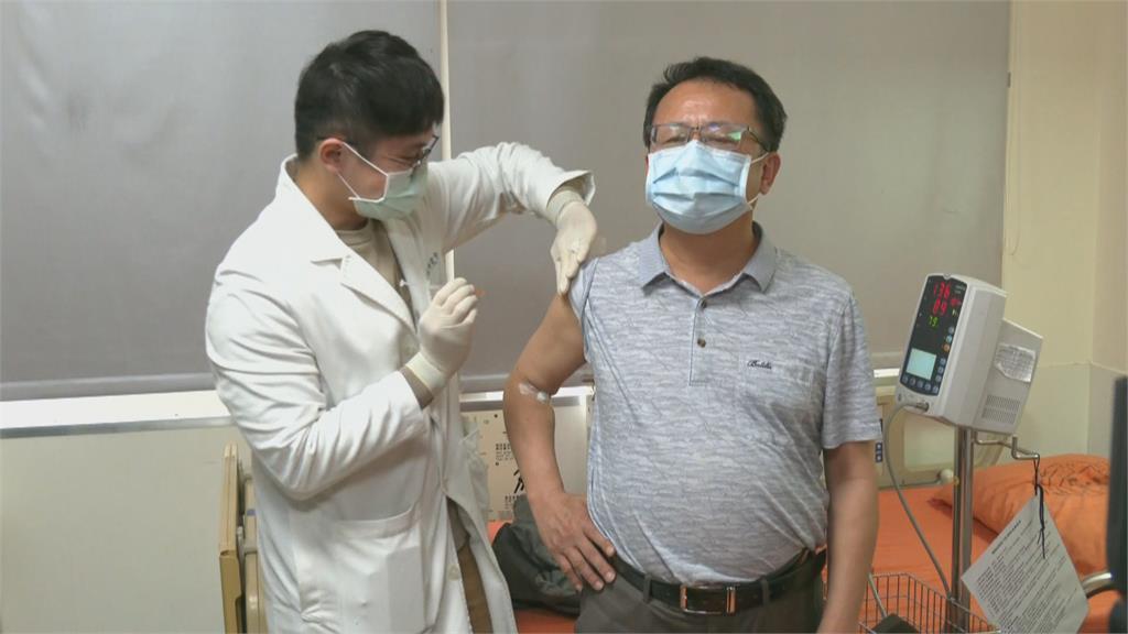 聯亞二期臨床施打 賴坤成接受注射挺國產