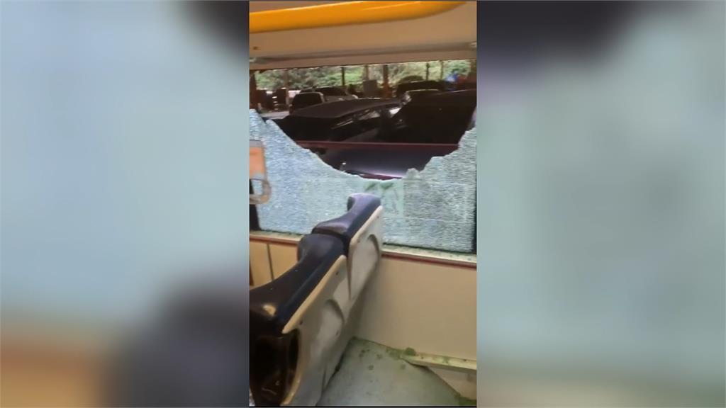 扯! 公車轉彎擦撞遮雨棚 車窗破三大片還照開