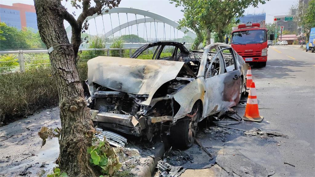 快新聞/桃園中壢小客車像打撞球 撞衝車輛後爆炸