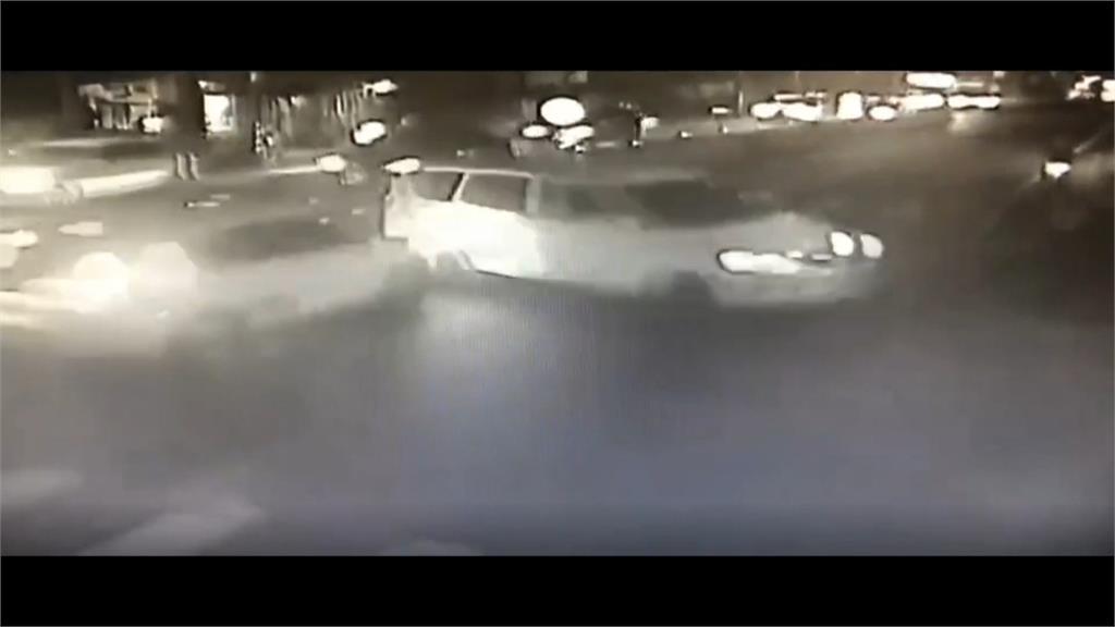 死裡逃生! 八旬老翁剛回家車輛撞進門