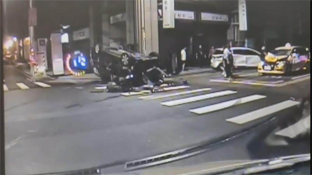 碰! 休旅車闖紅燈遭撞  波及無辜小黃擋風玻璃全碎