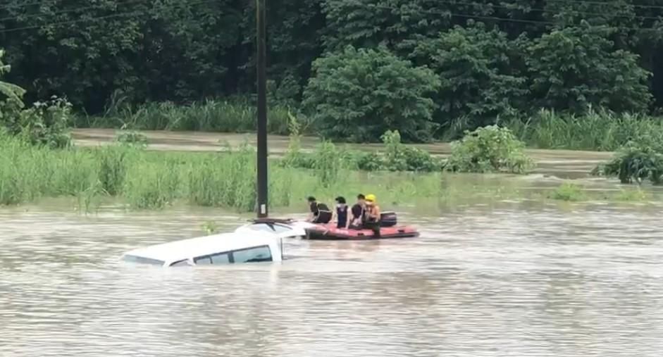 快新聞/台南白河復康巴士受困險滅頂 2艘救生艇馳援救出3人