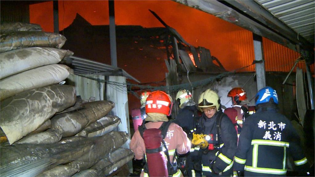泰山百坪工廠遭深夜大火付之一炬!險殃及鄰居超跑、重機倉庫