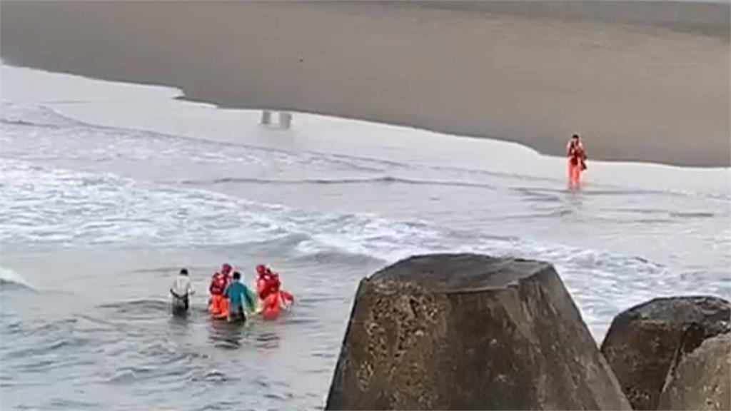 松柏港衝浪客體力不支困海上 海巡署平安救援