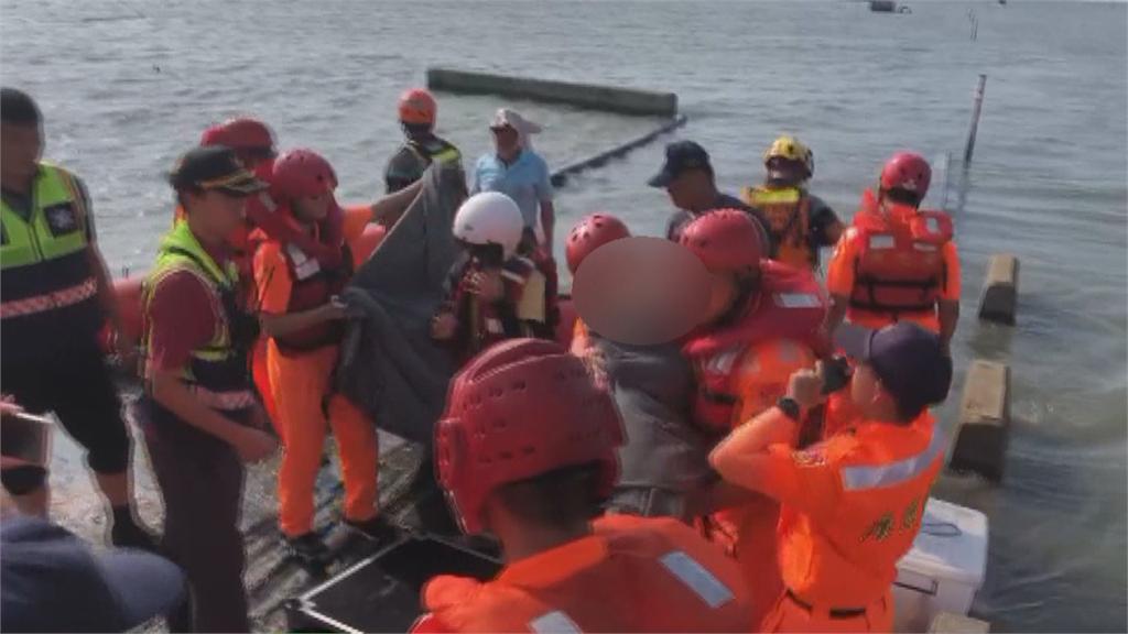 來不及了!海水漲潮母子檔受困 橡皮艇即刻救援「心有餘悸」