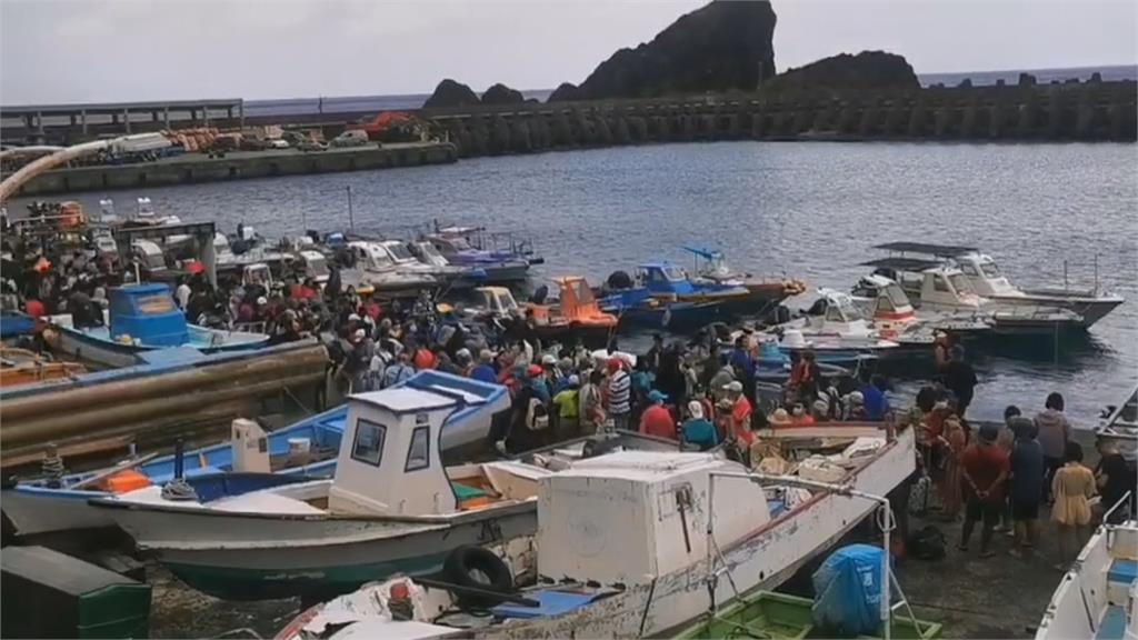 綠島船班恢復了!滯留旅客見船來歡呼不斷
