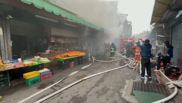 快新聞/中和景安路市場店面起火濃煙直竄! 消防速滅火救出18人